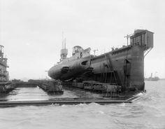 BRITISH SHIPS FIRST WORLD WAR (Q 18659A)   British Submarine E. 34 in dry dock.