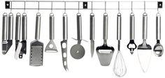 Installez une barre de crédence pour suspendre vos ustensiles dans une petite cuisine http://www.homelisty.com/amenagement-petite-cuisine/