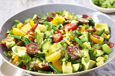 How do you cook fresh summer vegetable salad? get instruction detail. This fresh summer vegetable salad is perfect for family barbecues picnics. Fresh Vegetable Salad Recipes, Vegetarian Salad Recipes, Fresh Vegetables, Salad Recipes Video, Best Salad Recipes, Salad Recipes For Dinner, Salade Healthy, Mango Salat, Cheese Burger