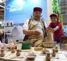 Cours de poterie sur le stand de l'Office National du Tourisme Tunisien. #Salondutourisme #activité #poterie #art #test #découverte #Arthurautourdumonde