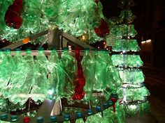 Enlightening idea to reuse plastic bottles as deco! La Fibre Du Tri, All Things Christmas, Christmas Fun, Applications Mobiles, Reuse Plastic Bottles, Freundlich, Recycling, Environment, Leica