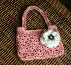 Free easy crochet bag pattern.  Perfect for spring!