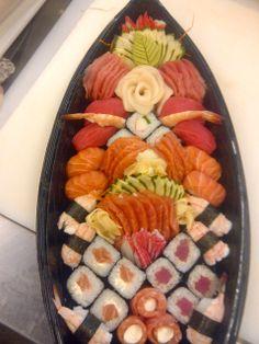 barca de 60 peças Japanese Bakery, Japanese Food, Barca Sushi, Sushi Co, Asian Recipes, Asian Foods, Sushi Plate, Salmon Sushi, Sashimi