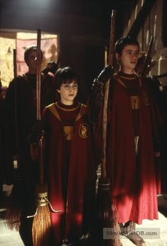 Daniel Radcliffe as Harry Potter & Sean Biggerstaff as Oliver Wood - Harry Potter and the Philosopher's Stone Harry James Potter, Mundo Harry Potter, Harry Potter Tumblr, Harry Potter Pictures, Harry Potter Cast, Harry Potter Characters, Harry Potter World, Harry Potter Hogwarts, Oliver Wood Harry Potter