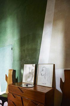 La maison de RobertoBaciocchi en Toscane Au rez-de-chaussée, une commode et des chaises de Giò Ponti, qui dormaient depuis trente ans dans le stock du décorateur, ont trouvé leur place.