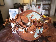 Unsere Künstlerserien sind exklusiv für uns angefertigte hochwertige Porzellanserien und Keramikserien moderner Keramikkünstler. Sie arbeiten an den Orten der historischen Brennöfen, der sogenannten Wiege der Porzellanherstellung. Die Keramikkünstler greifen traditionelle Formen, Farben und Dessins auf und interpretieren sie auf neue, zeitgenössische Art. Snow Globes, Modern, China, Japan, Design, Home Decor, Rusty Metal, Trendy Tree, Okinawa Japan