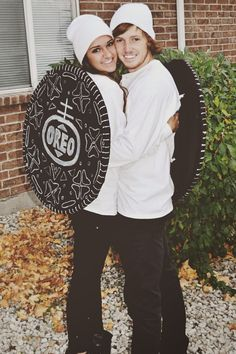 Hilarious Couples Halloween Costumes Pics) - FunRare The couple that laugh & giggles together, scares together, stays together. Enjoy hilarious couples Halloween costumes of the day. These funniest costume ideas are perfect for couples who creep it real. Halloween Costume Diy, Oreo Costume, Cute Couple Halloween Costumes, Family Halloween, Halloween Outfits, Halloween College, Women Halloween, Diy Costume For Men, Halloween London