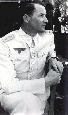 Wilhelm Adalbert Hosenfeld (2-5-1895 / 13-8- 1952). Era maestro y en la guerra un oficial del ejército alemán que llegó a capitán al final de la guerra. Ayudó a ocultar o rescatar judíos en la Polonia ocupada por los nazis, entre ellos al pianista y compositor Wladyslaw Szpilman a sobrevivir, oculto, en las ruinas de Varsovia durante los últimos meses de 1944. Murió en cautiverio soviético en 1952. En junio de 2009 fue póstumamente reconocido como Justo entre las Naciones por Yad Vashem.