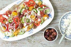 Griechischer Salat ist echt knackig und ruck zuck fertig geschnippelt. Er macht in der Zubereitung wirklich wenig Arbeit und ist eine gesunde Mahlzeit.