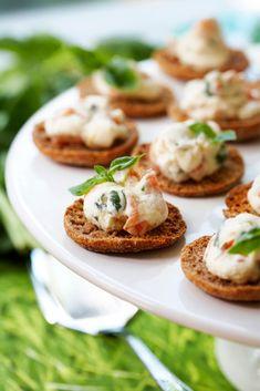 Kylmäsavulohinapit | Maku Salmon Burgers, Baked Potato, Potatoes, Baking, Ethnic Recipes, Food Food, Potato, Bakken, Backen