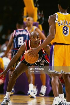 Clyde Drexler of the Houston Rockets defends against Kobe Bryant of the Los Angeles Lakers circa 1998 at the Great Western Forum in Inglewood, California. Get premium, high resolution news photos at Getty Images Houston Rockets Basketball, Basketball Workouts, Basketball Skills, Pro Basketball, Basketball Pictures, Basketball Legends, Basketball Players, Kobe Bryant Michael Jordan, Kobe Bryant 8