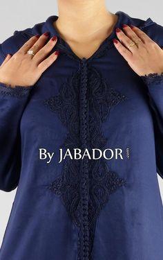 Djellaba bleu nuit, modèle manches longues avec capuche, le tissu est une mlifa bleu nuit légère de qualité, sfifa fine et des broderies ton sur ton.