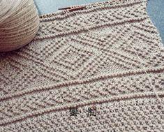 Широкий шарф-палантин связан спицами. При вязании шарфа использовалось несколько простых, но эффектных узоров. Такой шарф очень актуален в прохладную осеннюю и зимнюю погоду. Его можно носить не только на улице, с верхней одеждой, но также и в помещении, в том случае если там достаточно прохладно. Существует множество различных способов ношения этого теплого и широкого шарфа, и в каждом случае он будет выглядеть по новому.