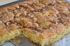 Dette er ei kjempegod kake som mi mor pleide å lage. Det er ei stor oppskrift, men den er så god at det vanligvis ikke byr på noe problem å bli kvitt den. Skulle det likevel bli noe til overs, så egner den seg godt til å fryse ned i … Recipe Boards, I Love Food, Quiche, Nom Nom, French Toast, Food And Drink, Muffins, Sweets, Baking