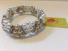 photo (33) pulsera de perlas blancas y cremas formando triangulos.