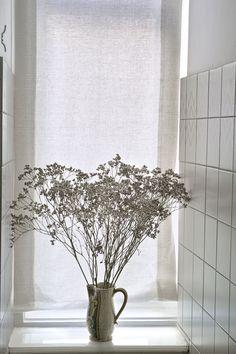 Weißes, schlichtes Raffrollo, für stille Orte angemessen. Places, Nice Asses