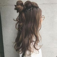 Original ideas of attaching hair Hair Inspo, Hair Inspiration, Medium Hair Styles, Curly Hair Styles, Teenage Hairstyles, Pretty Hairstyles, Quinceanera Hairstyles, Hair Arrange, Dream Hair