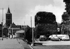 tot: 1968-12-31 Beschrijving: De Huis te Riviereweg gezien langs de Ruïne in de richting van de Kreupelstraat en Lange Kerkstraat met links de Grote of St.Janskerk.