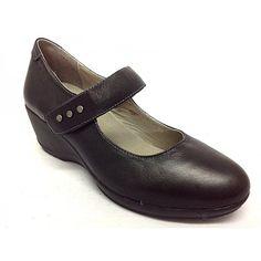 Zapato merceditas de la marca Treintas.Todo fabricado en piel de calidad, suave y muy confortable.Plantillas extraibles.El piso de este modelo es de altura media/alta, ideal para caminar y caminar, e ir más vestida que con uno muy plano.La tira ajustable mediante velcro ofrece la opción de ajustarse cada usuario a su gusto el zapato y así conseguir la mejor sensación.Gracias a los remaches dmetálicos de la tira de velcro, el zapato gana en imagen y ofrece un look más atractivo y ...