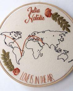 Esse bordado conta a história de duas mulheres. A Júlia nasceu no Brasil, enquanto a Natalie na Inglaterra. Se conheceram em Doha, no Qatar, noivaram na Grécia e agora vão morar no Canadá. Existe amor mais sem fronteiras que esse?