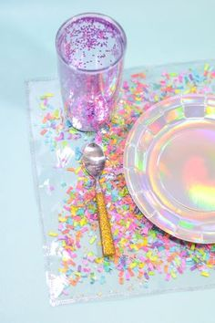 DIY Confetti Placemats - The Confetti Bar Sandwich colorful confetti between layers of clear vinyl to enjoy all the magic of these fun & festive confetti placemats (without all the mess! Confetti Bars, Diy Confetti, Fun Crafts, Diy And Crafts, Crafts For Kids, Diy Bar, Unicorn Party, Diy Gifts, Party Themes