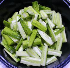 새내기 주부님들도 쉽게 남편에게 칭찬받는 오이 김치 만드는방법 Celery, Green Beans, Cucumber, Salad, Vegetables, Food, Essen, Salads, Vegetable Recipes