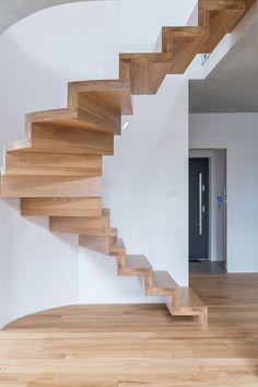 Schody dywanowe wykonane z dębu lakierowanego, pasują kolorystycznie do każdego pomieszczenia. Są pokryte lakierem bezbarwnym, wykończone balustradą szklaną