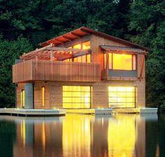 Este Boathouse recién rediseñado y reconstruido se encuentra al final de la pequeña bahía en Muskoka.