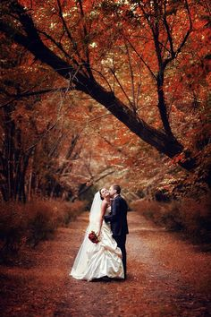 I'll dig my wedding dress out just to recreate this pic. Fall wedding. LOVE THE COLORS!!
