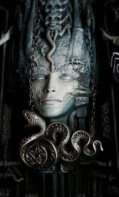 Le serpent s'associe dans la mythologie avec le féminin. (Eve, Méduse, nure-onna, femme humide japonaise, nagas indiens associés à l'eau et à la fécondité...). Le serpent est ondulation, ondoiement, flux dirigé (tête/queue; bouche/anus). Il est aussi durée, cycle non fermé, traversée (ouroboros...) Ce qui circule dans le serpent, dans l'intestin, est une oeuvre au noir, un non vu transformant.