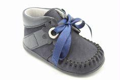 Eerste loopschoentje van het merk Bardossa. Blauw nubuck afgezet met blauw leer en een blauw lint.
