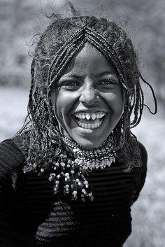 Há uma tribo em África que limam os dentes para ficarem em VVVVVVV. Ritual que deve ser doloroso, mas com este sorriso aberto, possivelmente já esqueceu as dores. Rapariga simpática.