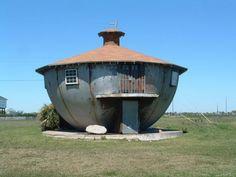 Dit ketelhuisje zou in de jaren 50 gebouwd zijn in Galveston, Texas. Volgens de legende zou de onderkant van dit bizarre huis gemaakt zijn van de top van een silo. In het huis zelf woont niet echt iemand, maar af en toe komt er wel iemand langs om wat onderhoud aan het bouwwerk te doen. Wie denkt dat dit huis niet tegen een stootje kan: in 2009 overleefde het orkaan Ike, de ergste orkaan sinds 1900. Bovendien zou het huis ook speciaal gebouwd zijn om te drijven bij een overstroming.