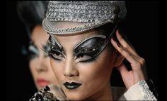Mao Geping Makeup at Mercedez-Benz China Fashion Week Fall 2013 Makeup Salon, Makeup Studio, Prom Make Up For Blue Dress, Crazy Eye Makeup, Black And White Makeup, Mercedez Benz, Crazy Eyes, Maquillage Halloween, Halloween Disfraces