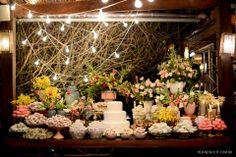 Decoração descontraída e romântica para casamento na praia. Mesa de doces com varal de luzes ao fundo. Decor: Taís Puntel   Foto: Rejane Wolff.