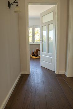 Ein wunderschönes Zuhause, mit viel Liebe zum Detail!  Hier wurde der Bodenbelag und die Treppe bei uns ausgesucht - schaut vorbei auf unserem Blog - alle Infos sind jetzt Online! Country Style, Tile Floor, Farmhouse, Windows, Doors, Inspiration, Home Decor, Interior Design, Future