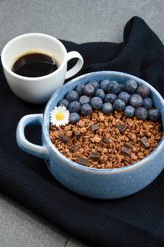 Schoko-Granola mit Lieblingsschokolade Acai Bowl, Breakfast, Food, Milky Bar Chocolate, Hot Chocolate, Sheet Pan, Oven, Food Food, Essen