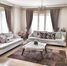 Ezgi hanımın toprak renklerin ve ahşap dokusunun hakim olduğu evi, aydınlatma, perde, sehpa ve aksesuarlardaki rustik stille uyumlu ve stil sahibi bir görünüme bürünüyor.  Yeni evli ev sahibimiz, aç...