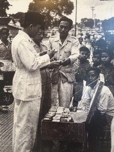 Presiden Soekarno tengah berbicara dengan pedagang di kawasan Alun-alun Utara Yogyakarta, Desember 1947. (IPPHOS - Antara Foto).