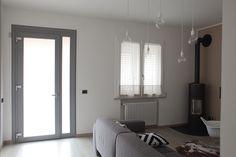 Portoncino in pvc grigio con vetro satinato e finestra a 2 ante in pvc distribuito ed installato da Altainfissi