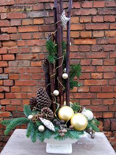 35 Fancy Outdoor Holiday Planter Ideas To Enliven Your Christmas Day – GoodNewsArchitecture - Tischdeko Weihnachten Outdoor Christmas Planters, Christmas Porch, Rustic Christmas, Christmas Wreaths, Christmas Crafts, Christmas Flower Arrangements, Christmas Flowers, Christmas Centerpieces, Xmas Decorations