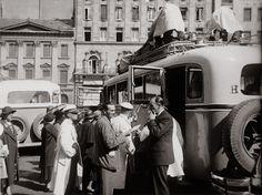 korabeli migránsok?   Fotó: Szöllősy Kálmán:  Indul Bécsbe a távolsági busz, 1930-as évek, 18×24 cm © Magyar Nemzeti Múzeum Történeti Fényképtár