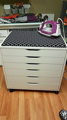I think this is an Alex cart by IKEA with a pressing board on top. Love this id… I think this is an Alex cart by IKEA with a pressing board on top. Love this id… – Related posts: IKEA pirate les enfants vont adorer IKEA Hacks the Kids Will Love … Sewing Room Design, Sewing Room Storage, Craft Room Design, Sewing Room Organization, Craft Room Storage, Ikea Sewing Rooms, Diy Vinyl Storage, Ikea Craft Room, Craft Room Organizing