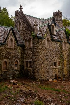 The Dundas Castle, sometimes called the Craig-E Clair Castle, is an abandoned, medieval stone castle-style mansion located in Roscoe, New York. Abandoned Buildings, Abandoned Castles, Abandoned Mansions, Old Buildings, Abandoned Places, Haunted Castles, Haunted Places, Beautiful Castles, Beautiful Buildings