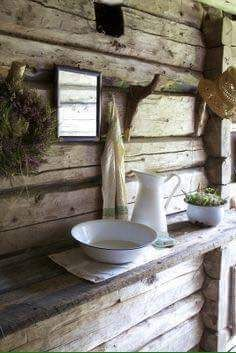 Cabin life - wash bowl & jug on a hand hewn timber shelf Primitive Bathrooms, Vintage Bathrooms, Little Cabin, Cabins And Cottages, Log Cabins, Cabins In The Woods, Country Decor, Country Style, Country Living