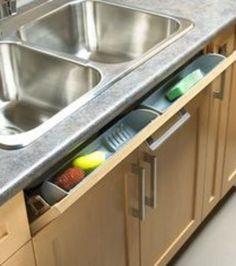 Eine winzige Schublade für Küchenschwämme vor dem Spülbecken