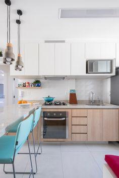 SP Estudio | Apto. Lacerda Franco | Cozinha integrada com a sala, bancada em granito itaunas, madeira, luminarias pendentes, cores claras, azulejo decorado, clean, cozinha pequena
