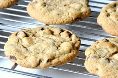 The Effortless Secret to Baking Perfect, Crispy-Edged Cookies with Chewy Centers « Food Hacks Daily Double Chocolate Chip Cookie Recipe, Learn To Cook, No Cook Meals, Food Hacks, Cookie Recipes, Sweet Treats, Sweets, Baking, Desserts
