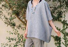 フリーサイズで着られるポンチョブラウスは、一枚の布に衿ぐりを作って、脇を縫うだけ。 ゆったりとした形に紺白のストライプが爽やかに映えます。 シンプルな作りなので、手作り洋服が初心者の方でも簡単に作れます♪