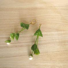 個性的な枝振りの植物が揺れる楽しいピアスです。先端にはコットンパールをプラスし、可愛らしく華やかに。※植物パーツは造花です。本物ではありません。◎イヤリングに...|ハンドメイド、手作り、手仕事品の通販・販売・購入ならCreema。
